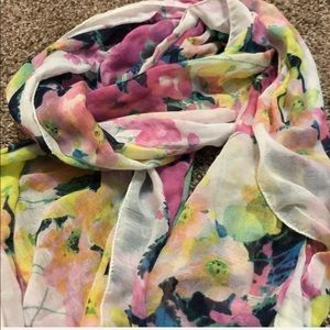 Gorgeous watercolor floral scarf from H&M 💛💞💙